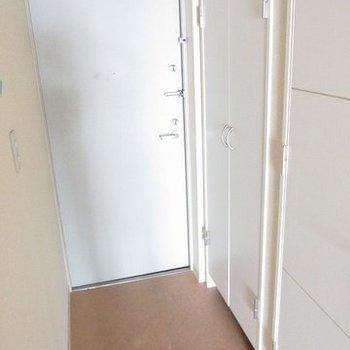 玄関もゆったりでシューズボックスもあります。(※写真は9階の同間取り別部屋のものです)