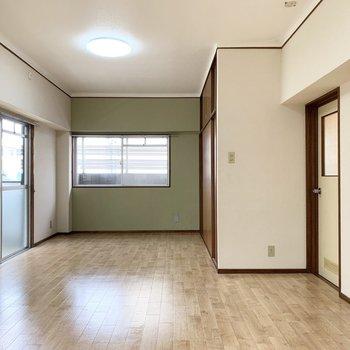 グリーンのアクセントクロスが素敵なちょっとレトロなお部屋。