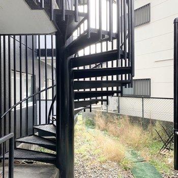 ちなみにキッチン横のスモークガラスの腰窓からの眺望は共用階段です。