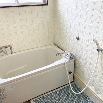 浴槽は新しいですが、浴室は少しレトロ。床のタイルもかわいいですが…