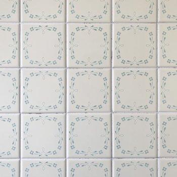 壁のタイルがたまらなくかわいい!これはレトロならでは。