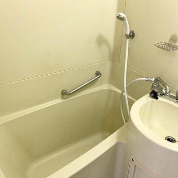 浴槽部分はカーテンレールが設置されていますので、シャワーカーテンで仕切って使いましょう。