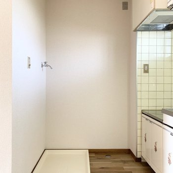 洗濯機置場はキッチンのお隣に。やっぱりこの天井と壁と床の組み合わせ、素敵です!
