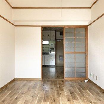 洋室とDKの仕切りのガラス戸が素敵◎