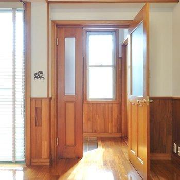 窓付きの明るい玄関。光の加減が素敵。