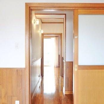 洋室同士は廊下で接続。出てすぐ右にはもう一つトイレ。