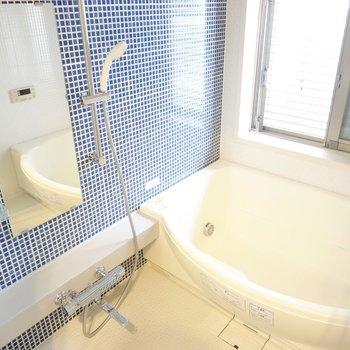タイル張りのお風呂で昼間からバスタイム…