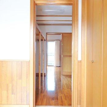 右のドアの先はまたまたウォークインクローゼット。