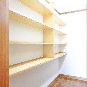 左はバッグや小物収納にも使える棚。