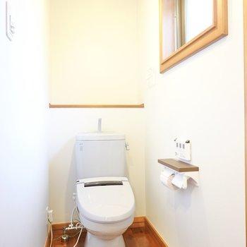 雰囲気のある照明に、ウォシュレット付きのおトイレ。