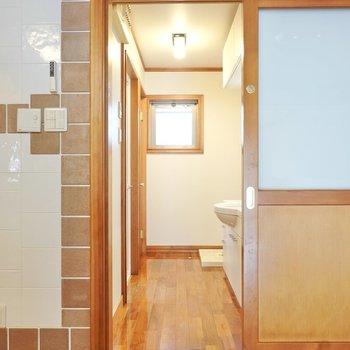 洗面室はキッチンを正面に見て右に。