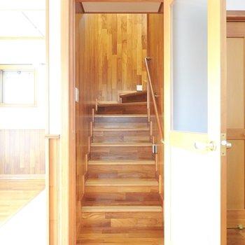 階段を上がって2階へ。