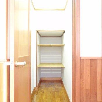 キッチンの左手には納戸まで。