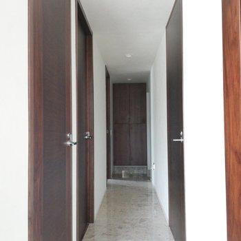 玄関からリビングへは一直線※写真は前回募集時のものです
