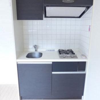 黒のシステムキッチンがクール!(※写真は同間取り別室のものです)