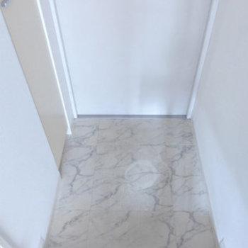 白の明るい玄関にはシューズボックス!(※写真は同間取り別室のものです)
