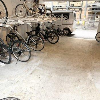 自転車置場も屋根付きでたっぷりスペース◎