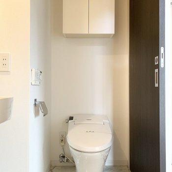 トイレもタンクレスで素敵。ウォシュレット付は壁付タイプ。