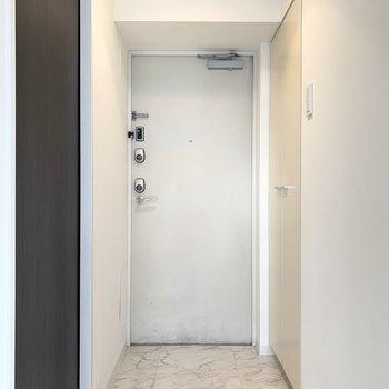 玄関タタキも廊下とテイストを合わせて。