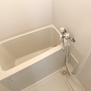 浴室もシンプルですが、追い焚と浴室乾燥機付きで機能面は充実!