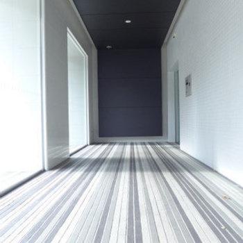 エントランスはストライプな床でスタイリッシュな空間です。