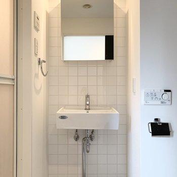 洗面所もキッチンとお揃いのタイルが素敵。シンプルでスタイリッシュな空間です。