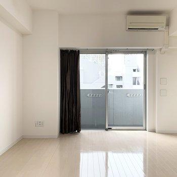 大きめの開口部と2面採光で明るいお部屋です。