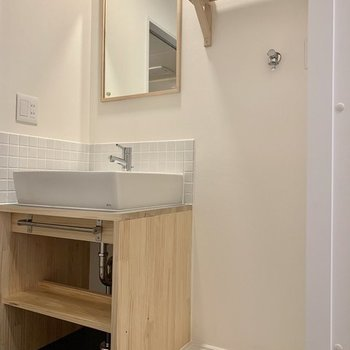 【イメージ】枠の鏡がポイントのナチュラルな洗面台!