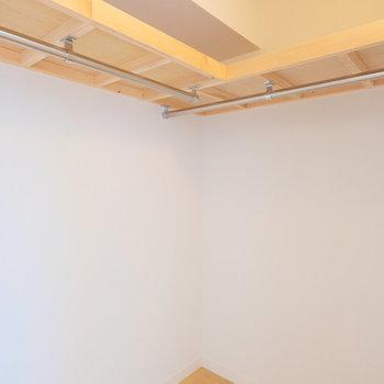 【イメージ】居室の一室にはL字のハンガーパイプゾーンが※扉はありません