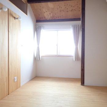 奥の洋室です。まちがいなく木のベッドを置きたい!