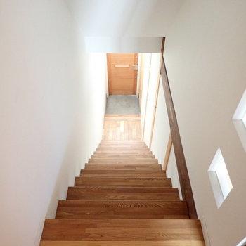 こちらの施工が美しい階段をのぼってお部屋へ