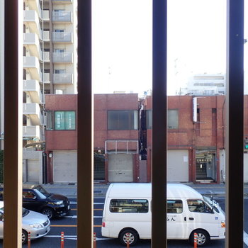 窓からは走る車たちが見えます