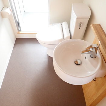 脱衣所に洗面台とトイレです