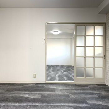 【洋室6帖】アクセントクロスは白いレンガ調で上品さも。