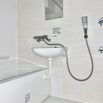 浴室乾燥機もありますよ※写真は通電前のためフラッシュ撮影をしています