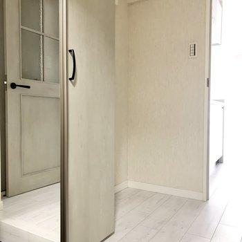 シューズボックスの扉は鏡になっています