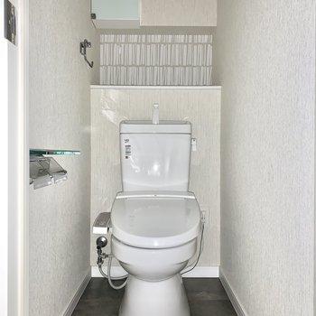 トイレには棚があって便利ですね※写真は通電前のためフラッシュ撮影をしています