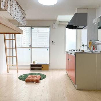 キッチンと、その向かいにはミニロフト。窓は南西向きです。