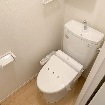玄関前に、温水洗浄便座付きのトイレがあります。