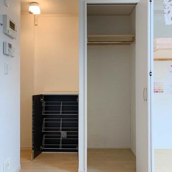 洗濯機置き場の向かいに、クローゼットとシューズボックスがあります。