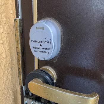玄関ドアは、専用のカードキーで空きます。ここも防犯面の工夫。