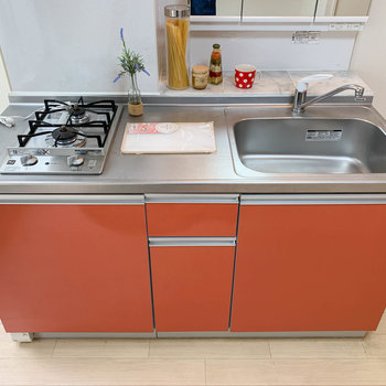 キッチンは二口ガスで、作業スペースも広めの作り。