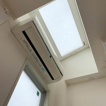 上を見上げると天窓に。1階ながら、明るさをしっかりと確保しています。