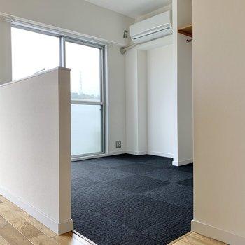 腰壁の向こうはカーペット。