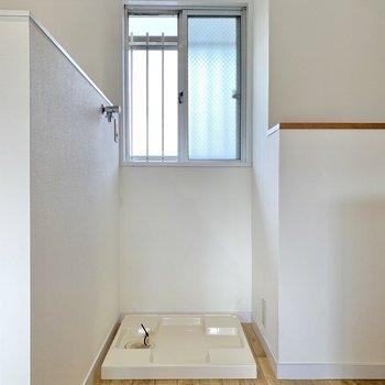 窓のお膝元に洗濯機置き場があります。
