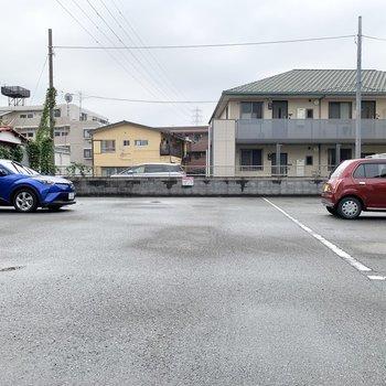 お部屋の前には駐車場がありました。