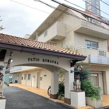 シーサーが出迎える、まるで沖縄の一軒家ような外観です。