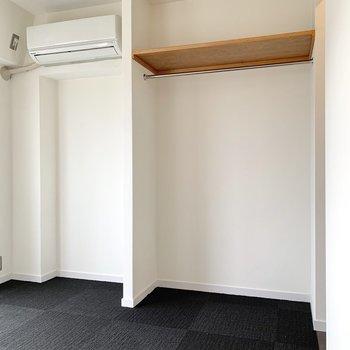 オープンクローゼット横には部屋干しができそうなゆとりがありました。