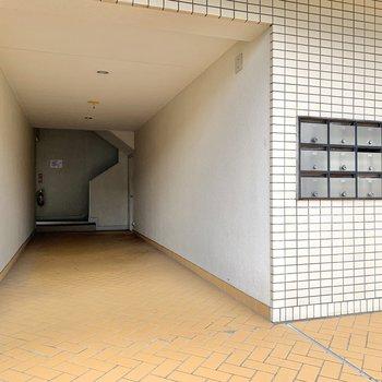 メールボックス奥の階段をご利用下さいね。