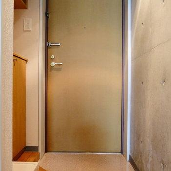ここが玄関。たっぷり収納力なんですよ。 ※写真は1階の同間取り別部屋のものです